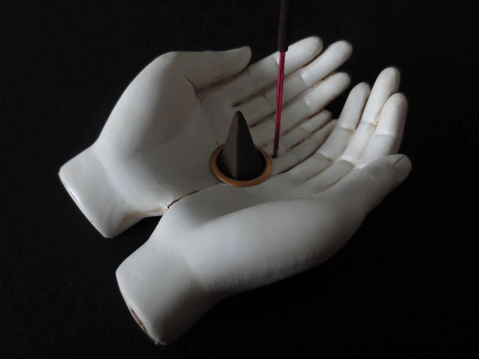 porte-encens-main-bouddha-offrande